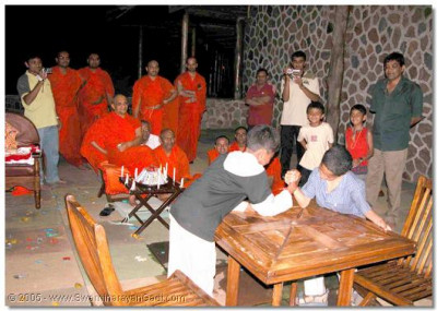 Young children too are eager to please Acharya Swamishree