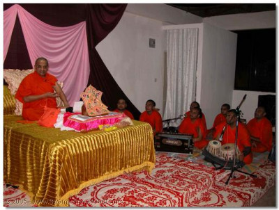 Acharya Swamishree blesses the congregation during the final evening in Uganda, before returning to Nairobi