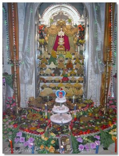 The divine darshan of Shree Ghanshyam Maharaj amongst the Ankut thaar