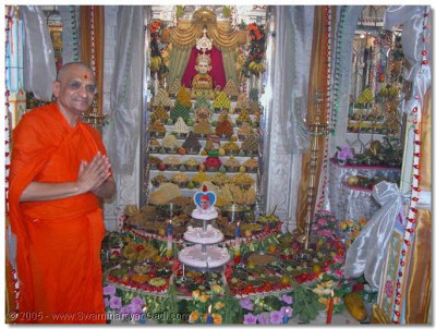 Acharya Swamishree gives His divine darshan in front of the magnificent Ankut thaar