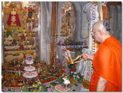 His Divine Holiness Acharya Swamishree performs the Ankut aarti to the Supreme Lord Swaminarayanbapa Swamibapa