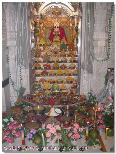 The divine darshan of Shree Harikrishna Maharaj amongst the Ankut thaar