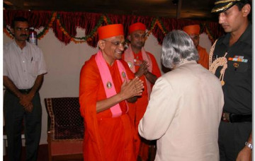 Acharya Swamishree Gives Darshan to President Kalam