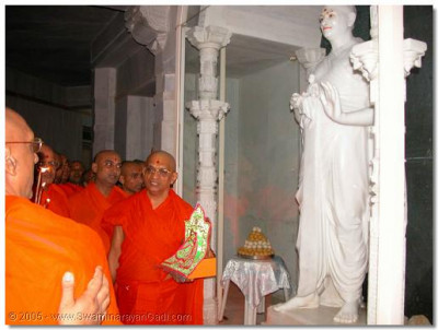 Shree Muktajeevan Swamibapa's Sants perform aarti to the magnificent marble Murti of His Divine Holiness Acharya Swamishree, at the main entrance to the Smurti Mandir
