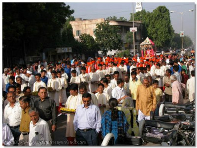 Thousands of devotees take part in, and have the darshan of the procession to the Sabha Mandap