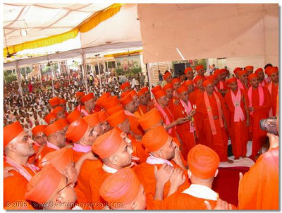 Acharya Swamishree and the entire Sant Mandal perform aarti to Jeevanpran Swamibapa presiding on the Tula