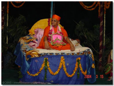 Acharya Swamishree giving His divine darshan during the celebrations