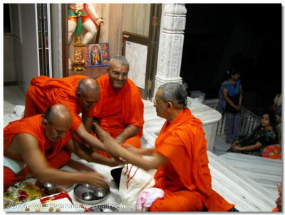 In order to commence the renovation work in Mumbai Mandir, the murti of Shree Ghaneshji and Hanumanji were relocated. Here, Acharya Swamishree is performing the murti pratishtha of these murtis in their new locations