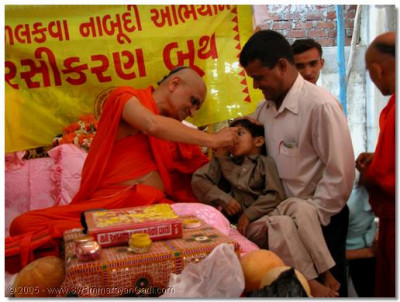 In Surat, Acharya Swamishree held a polio eradication camp in which He administered the polio vaccine Himself to hundreds of young children