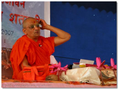 Acharya Swamishree bestows His divine blessings to all