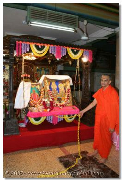 Acharya Swamishree gently swings the Lord whilst the sants and disciples sing devotional songs to rejoice the pragatya of Jeevanpran Bapashree