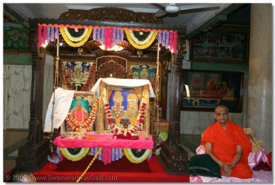 Lord Swaminarayanbapa Swamibapa and Acharya Swamishree give darshan in the Brahm Mahol, during the special assembly