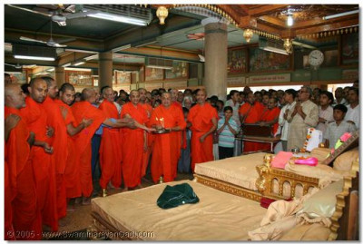 Acharya Swamishree and sants perform aarti to Lord Swaminarayanbapa Swamibapa, at the conclusion of the 24 hour continual dhoon