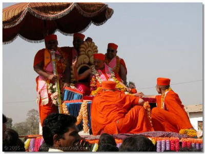 Acharya Swamishree gives darshan during the procession