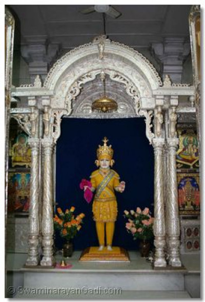 Divine darshan of Lord Swaminarayan adorned in chandan vagha in Maninagar temple