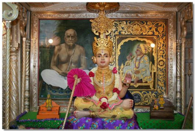 Divine darshan of Shree Sahajanand Swami adorned in chandan vagha
