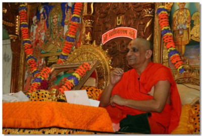 Acharya Swamishree bestows divine blessings