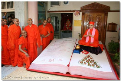 Acharya Swamishree gives darshan with the sants who conceived the idea of making such a wonderful symbolic representation behind the sentiments of this auspicious day