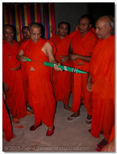 Acharya Swamishree inspecting the colour squitter