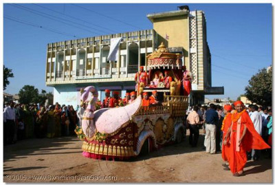 Acharya Swamishree blesses all the villagers of Gavada during the procession