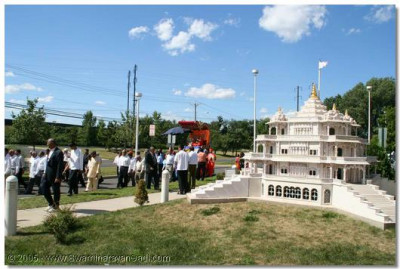 Acharya Swamishree's chariot passes by the Smruti Mandir model