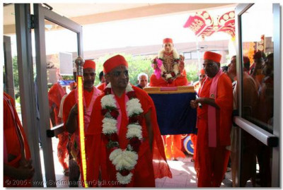 Jeevanpran Swamibapa arrives into the temple