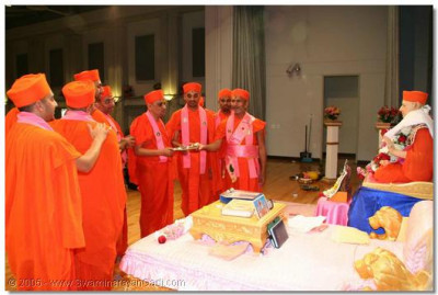 Acharya Swamishree and sants aarti to Gurudev Jeevanpran Swamibapa