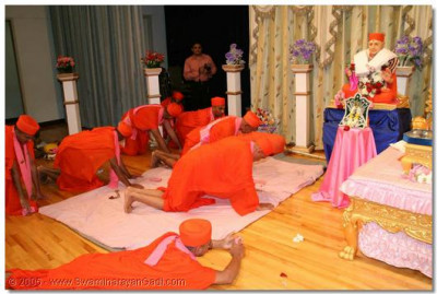Acharya Swamishree and sants perform darshan to Jeevanpran Swamibapa