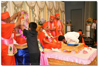 Devotees get the opportunity of performing poojan of Jeevanpran Swamibapa and Acharya Swamishree