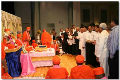 Devotees perform aarti to Jeevanpran Swamibapa and Acharya Swamishree