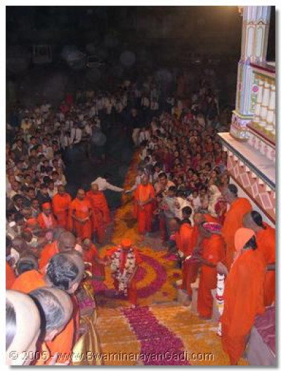 Acharya Swamishree is welcomed by sants and devotees at Maninagar temple