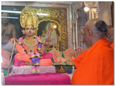 Acharya Swamishree does darshan to Shree Sahajanand Swami Maharaj