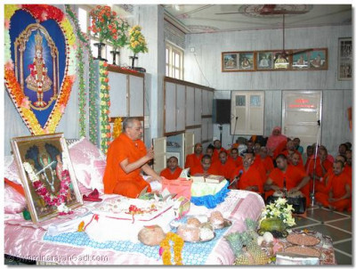 Acharya Swamishree bestowing His divine ashirwad