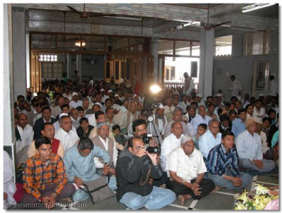 Sants and devotees listen to Achaya Swamishree's ashirwad
