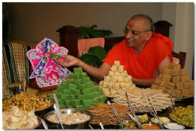 Acharya Swamishree offers thaal to Shree Harikrishna Maharaj