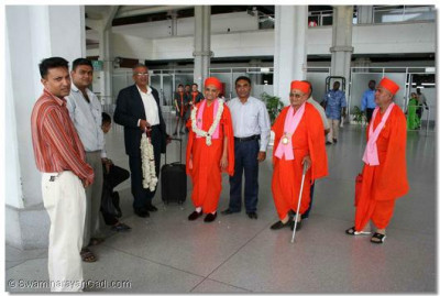 Acharya Swamishree arrives at Mombasa Airport