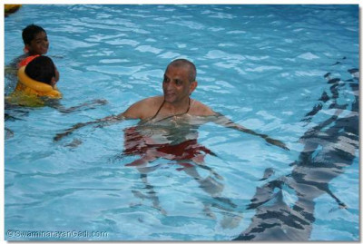 Acharya Swamishree gives darshan in a pool