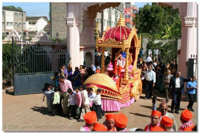 Young disciples pull the chariot into Swamibapa Complex