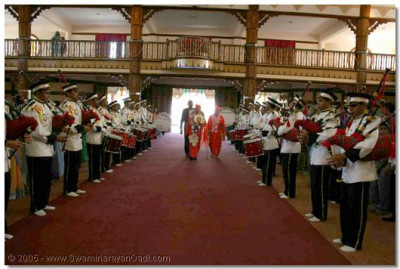 Swamibapa Pipe Band form a Guard of Honour for Acharya Swamishree