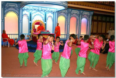 Young disciples perform a devotional dance during the welcoming assembly held during the evening of 28 November 2005