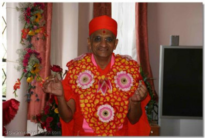 Acharya Swamishree augments the beauty of this garland of flowers