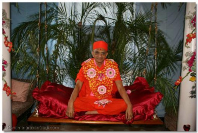 Acharya Swamishree gives darshan, seated on a hindolo