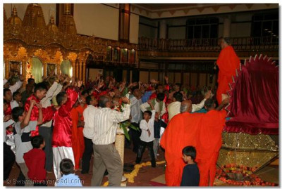 Acharya Swamishree delights the disciples by joining in with the devotional dance