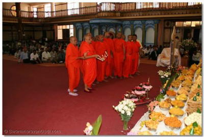 Acharya Swamishree and sants perform aarti to the Lord after the Patotsav ceremony