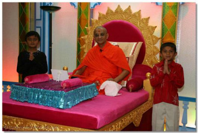 Acharya Swamishree blesses the two young disciples for presenting the speeches