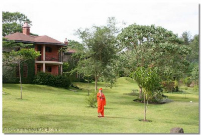 During the afternoon of 5th January, Acharya Swamishree visited a newly built lodge, where an assembly was held
