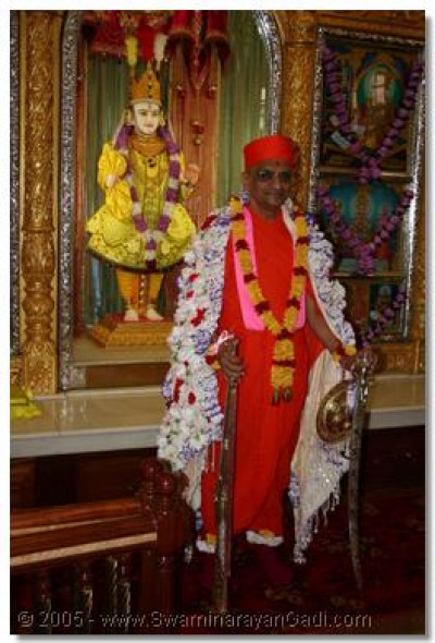 Acharya Swamishree gives darshan, with the weaponry traditionally held by the Lord on Shree Sadguru Din, ready to protect His disciples from the enemies, in the form of lust, greed, avarice, envy, etc.