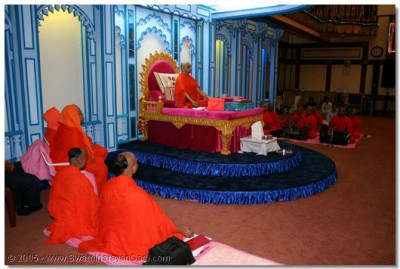 Acharya Swamishree and the sants perform meditation during the Sadguru Din commemorations