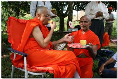 Acharya Swamishree takes some prasad