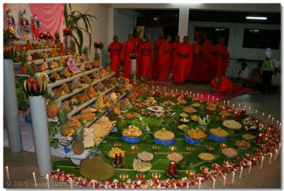 Acharya Swamishree and the sants perform the evening devotional rituals